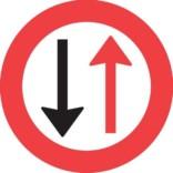B18 Vigepligtstavle. Trafikskilt