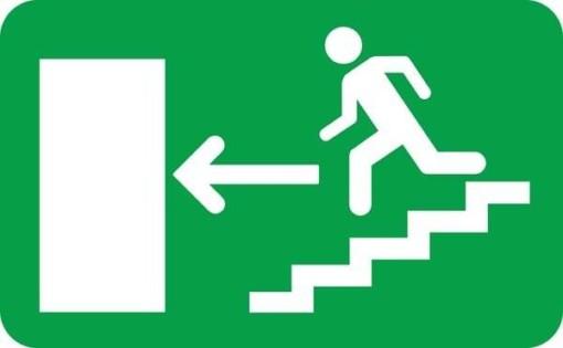 Exit ned af trappen til venstre Skilt
