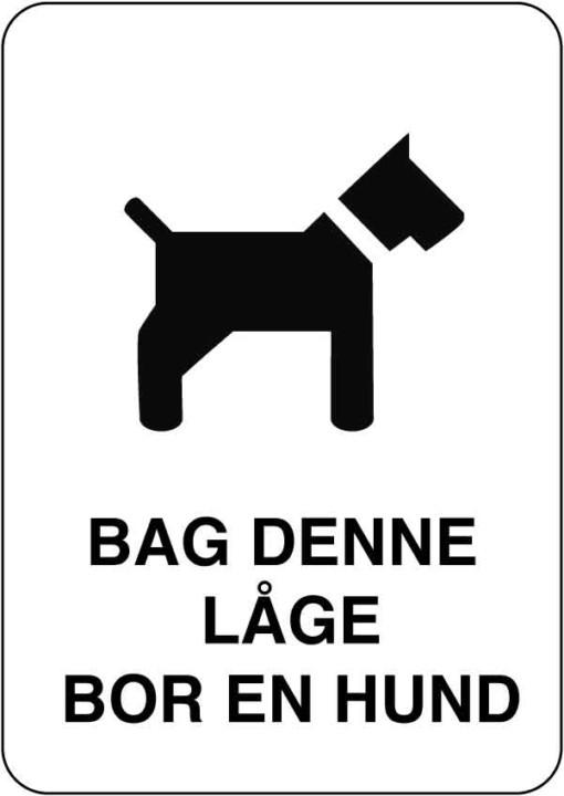 Bag denne låge bor en hund. Hundeskilt