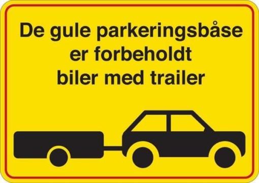 De gule parkeringsbåse er forbeholdt biler med trailer. Parkeringsforbudt skilt