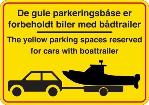 De gule parkeringsbåse er forbeholdt biler med bådtrailer. P-skilt