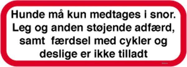 Hunde må kun medtages i snor leg og anden støjende adfærd samt færdsel med cykler og deslige er ikke tilladt. Skilt