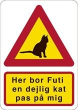 Her bor Futi - en dejlig kat - pas på mig. Katteskilt