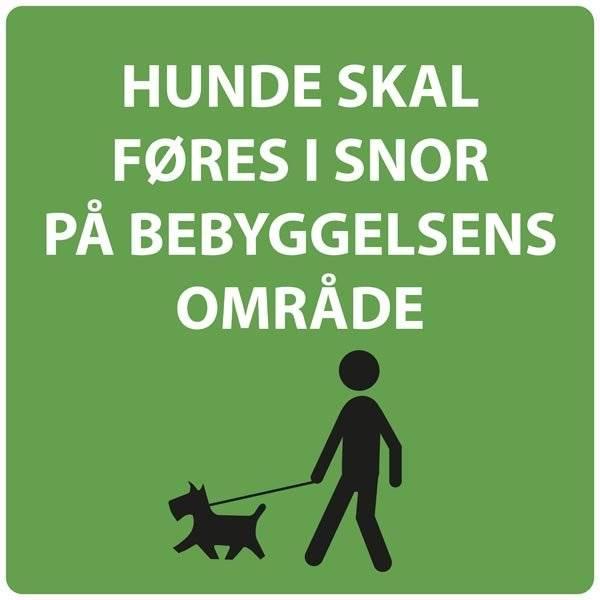 Hunde skal føres i snor på bebyggelsens område skilt