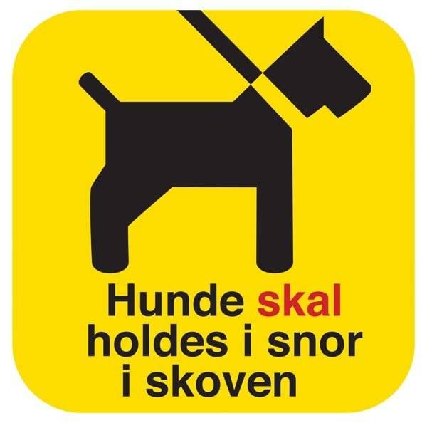 Hunde skal holdes i snor i skoven. Hundeskilt