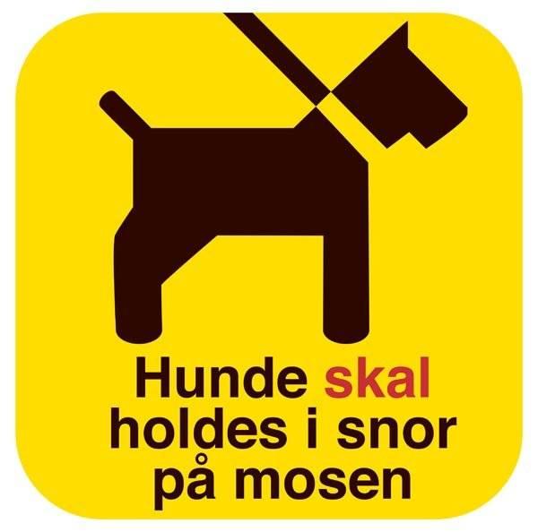 Hunde skal holdes i snor på mosen. Hundeskilt