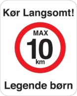 Kør langsomt max 10 km Legende børn. Fartdæmpendeskilt