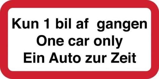 Kun 1 bil af gangen One car only Ein Auto zur Zeit. Trafikskilt
