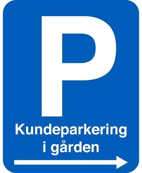 Kundeparkering i gården. P skilt