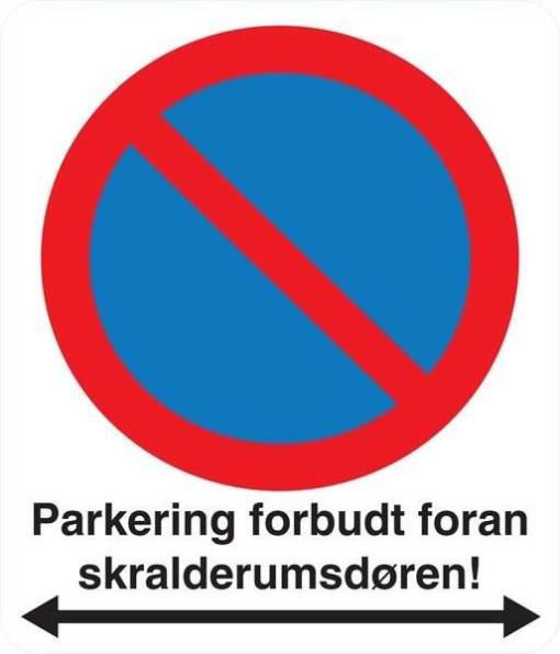 Parkering forbudt foran skralderumsdøren. Skilt