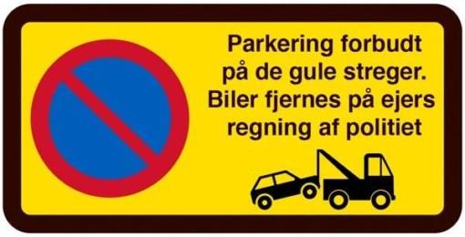 Parkering forbudt på de gule streger. Biler fjernes på ejers regning af politiet. P skilt