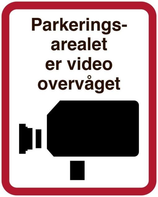Parkeringsarealet er video overvåget. Overvågningsskilt