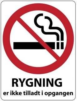 Rygning er ikke tilladt i opgangen Skilt