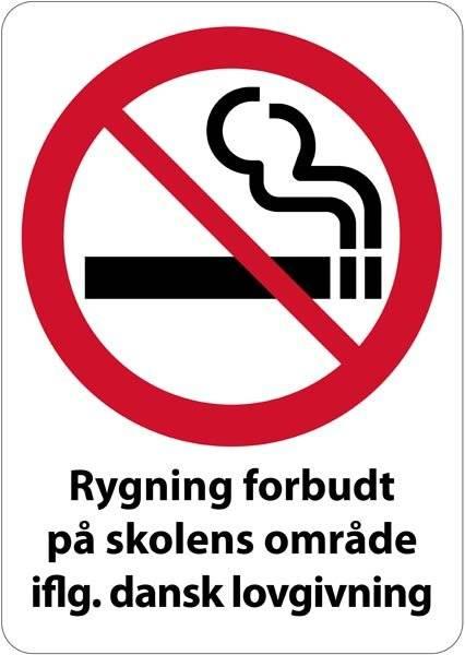 Rygning forbudt på skolens område iflg. dansk lovgivning. Rygeforbudsskilt