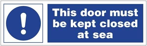 This door must be kept closed at sea skilt