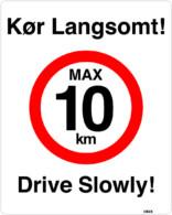 Kør langsomt. Max 10 km. Drive slowly. skilt
