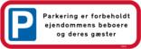 Parkering er forbeholdt ejendommens beboere og deres gæster skilt